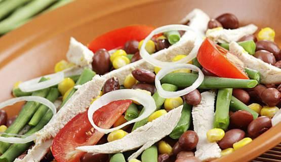 fotografía de una ensalada de alubias
