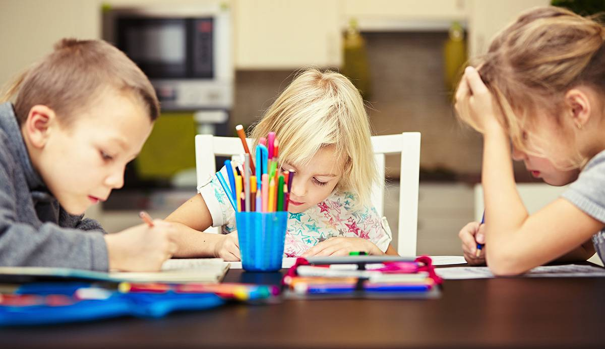 Fotografía de unos niños dibujando