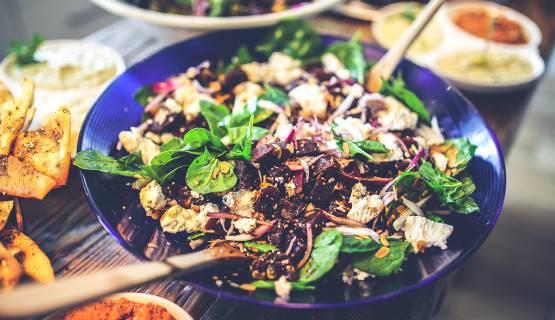 fotografía de un plato de ensalada