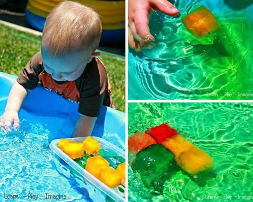 imagen de un bebé jugando con hielos de colores en una piscina