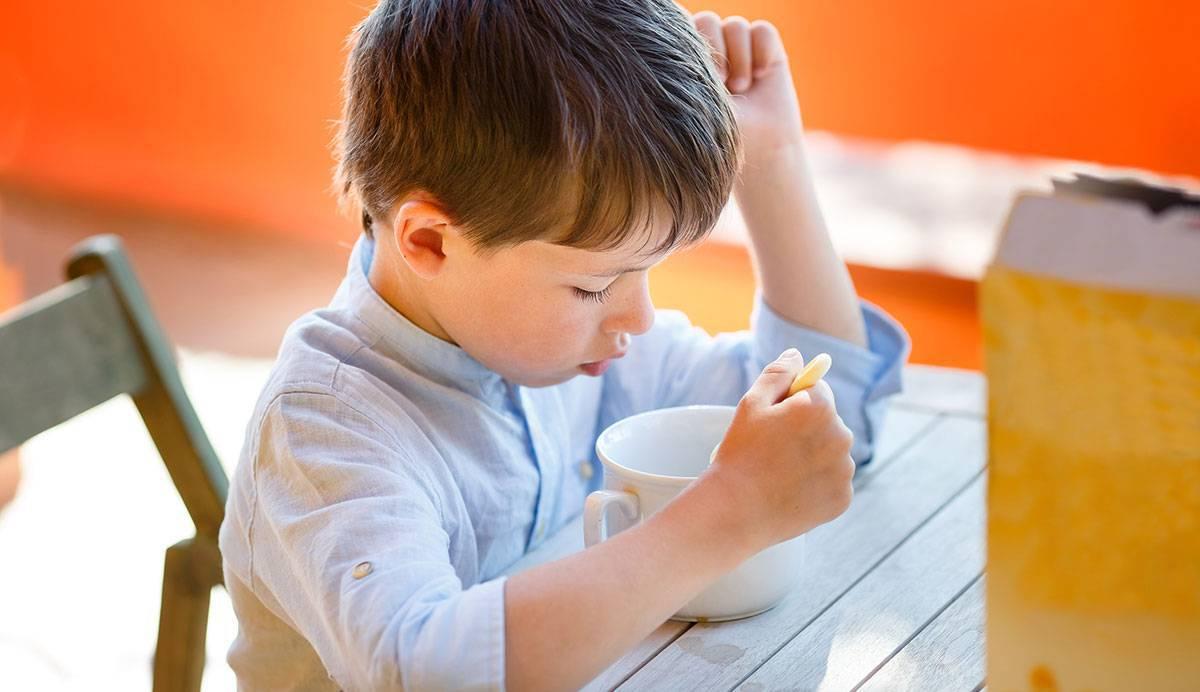 Imagen de un niño comiendo cereales