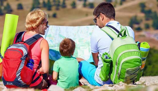 Imagen de una familia mirando un mapa